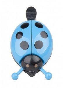 Zvonček lienka rozťahujúca krídla modrá